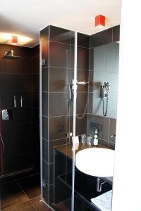 Un baño de Hotel Grey