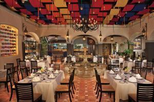 Un restaurante o sitio para comer en Krystal Grand Cancun