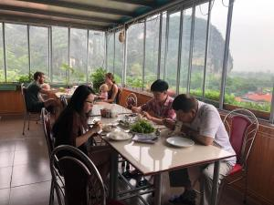 A restaurant or other place to eat at Sierra Homestay