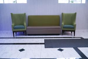 A seating area at Hotel Mint JFK Airport
