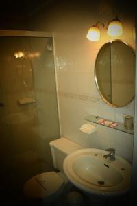 A bathroom at Capital Plaza Hotel