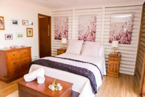 A bed or beds in a room at Among the Vines