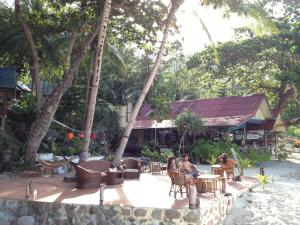 A restaurant or other place to eat at Smile Bungalow Bottle Beach