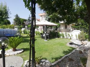 A garden outside Villa Miriade B&b