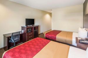 A bed or beds in a room at Econo Lodge Baton Rouge University Area