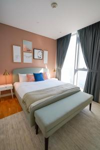 A bed or beds in a room at Luxury Interior W Sea View - Bluewaters Island