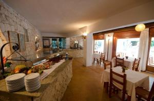 Ein Restaurant oder anderes Speiselokal in der Unterkunft Hotel Club Can Jordi