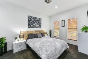 A bed or beds in a room at KENNEDY EXECUTIVE TOWNHOUSE