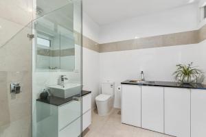 A bathroom at KENNEDY EXECUTIVE TOWNHOUSE