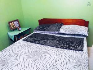 A bed or beds in a room at Cozy Private Apartment - Walk to Downtown