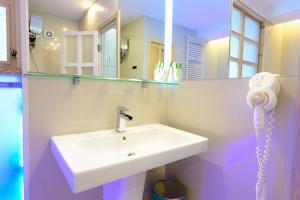 A bathroom at Hotel Christina Plus