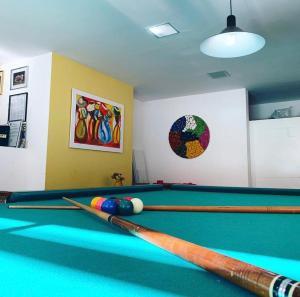 A billiards table at Maravilha na serra - próximo ao centro