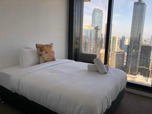 A bed or beds in a room at Your Melbourne Home in Free Tram Zone with Great City Lifestyle