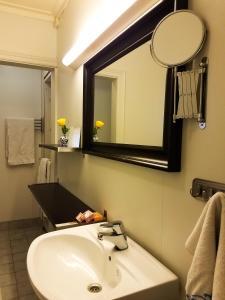 A bathroom at Lustrafjorden B&B