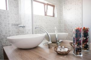 A bathroom at Pensiunea Sada