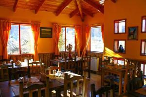 Un restaurant u otro lugar para comer en Hosteria Los Ñires