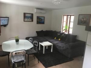 Ein Sitzbereich in der Unterkunft Seafront Apartment Riva