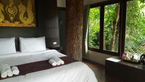 A bed or beds in a room at Rock and Tree House Resort