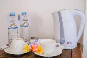 Coffee and tea making facilities at OYO 954 Family House Lombok Hotel