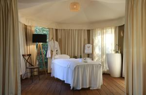 A bed or beds in a room at Muse Saint Tropez / Ramatuelle