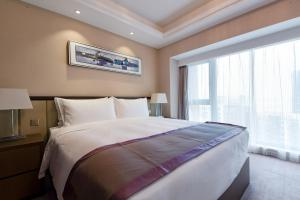 A bed or beds in a room at Savills Residence Daxin Shenzhen Bay