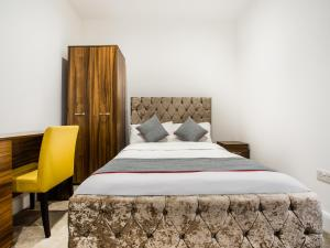 A bed or beds in a room at OYO The Arch Wembley