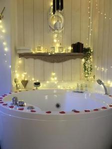 Salle de bains dans l'établissement L Escapade Aixoise Sauna Balneo Jacuzzi Petit Dejeuner Boissons Netflix Centre Historique