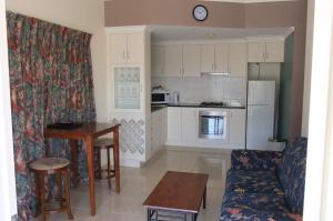 A kitchen or kitchenette at The Swagmans Rest Apartments