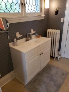 A bathroom at Hudson Manor Bed & Breakfast