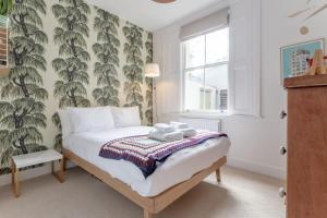 A bed or beds in a room at Stylish 2 Bedroom Apartment Stoke Newington