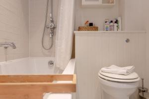 A bathroom at Stylish 2 Bedroom Apartment Stoke Newington