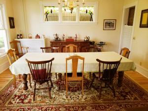 A restaurant or other place to eat at Hudson Manor Bed & Breakfast