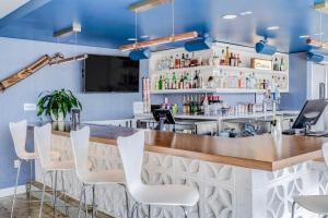 The lounge or bar area at Downtowner Boutique Hotel