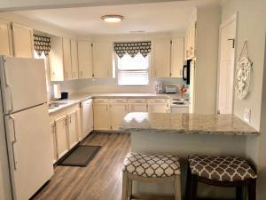 A kitchen or kitchenette at Vista Mare sleeps 10