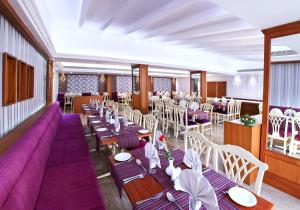 A restaurant or other place to eat at Hotel Abad Plaza