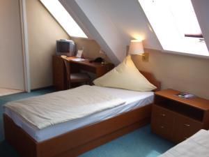 Ein Bett oder Betten in einem Zimmer der Unterkunft Pension & Café Am Krähenberg