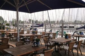 A restaurant or other place to eat at Marinaparcs Almere