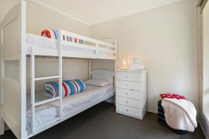 A bunk bed or bunk beds in a room at Settle in Sorrento