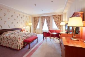 A bed or beds in a room at Huis Ten Bosch Hotel Amsterdam