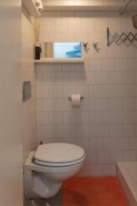 A bathroom at Houseboat Ark van Amstel
