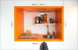 A kitchen or kitchenette at Houseboat Ark van Amstel