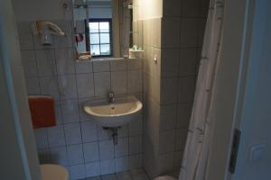 A bathroom at Pension Loni Theisen