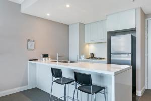 A kitchen or kitchenette at Modern Apt near ANZ Free WIFI/Netflix/Parking/Wine