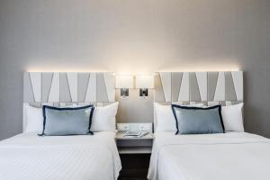 A bed or beds in a room at Courtyard by Marriott Munich City Center