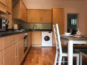 A kitchen or kitchenette at Two Bed Flat in Bush Hill Park