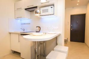 Кухня или мини-кухня в 5days-nn, Studio apartment on Burnakovskaya 99