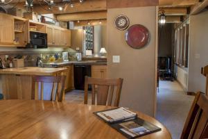 A kitchen or kitchenette at 14 Wildflower