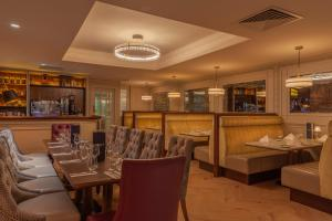 A restaurant or other place to eat at Glenroyal Hotel