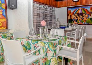 A restaurant or other place to eat at Onyx Aparta hotel