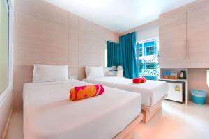 Кровать или кровати в номере Mirage Express Patong Phuket Hotel